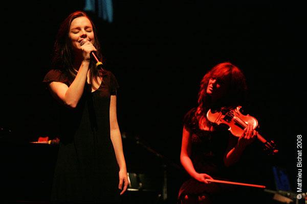 Viviane Audet et Mara Tremblay. Spectacle -Pauline a la Page- en hommage a Pauline Julien, dans le cadre du 22eme Coup de Coeur Francophone, au Theatre Outremont de Montreal, le 8 novembre 2008.