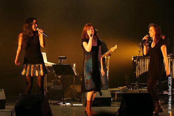 Alecka, Mara Tremblay et Viviane Audet. Spectacle -Pauline a la Page- en hommage a Pauline Julien, dans le cadre du 22eme Coup de Coeur Francophone, au Theatre Outremont de Montreal, le 8 novembre 2008.
