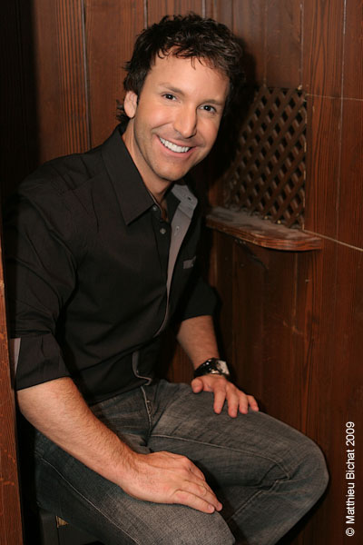 Eric Salvail (animateur de l emission). Lancement du DVD de la saison 1 de l emission DIEU MERCI au bar Le Confessionnal de Montreal, le 29 janvier 2009.