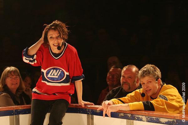 Zoomba et Real Bosse. Match 1 de la saison 2009 de la LNI opposant l equipe des Jaunes a l equipe des Rouges, au Petit Medley de Montreal, le 09 fevrier 2009.