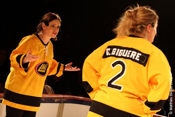 Sophie Caron et Corinne Giguere. Match 1 de la saison 2009 de la LNI opposant l equipe des Jaunes a l equipe des Rouges, au Petit Medley de Montreal, le 09 fevrier 2009.