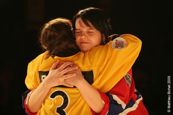 Sophie Caron et Joelle Pare-Beaulieu. Match 1 de la saison 2009 de la LNI opposant l equipe des Jaunes a l equipe des Rouges, au Petit Medley de Montreal, le 09 fevrier 2009.