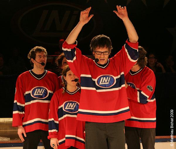Francois-Etienne Pare et son equipe. Match 1 de la saison 2009 de la LNI opposant l equipe des Jaunes a l equipe des Rouges, au Petit Medley de Montreal, le 09 fevrier 2009.