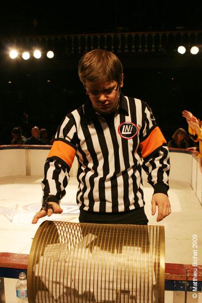 Alexandre Cadieux (arbitre). Match 1 de la saison 2009 de la LNI opposant l equipe des Jaunes a l equipe des Rouges, au Petit Medley de Montreal, le 09 fevrier 2009.